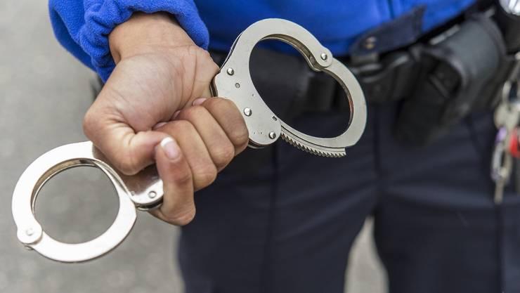 Wie die Kantonspolizei Solothurn auf Anfrage bestätigt, kam es gestern zur Verhaftung zweier Personen. (Symbolbild)