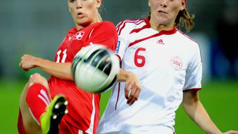 Das Standbein der Schweizer Nati fällt aus: Lara Dickenmann (links) musste fürs Länderspiel passen. Foto: AWA