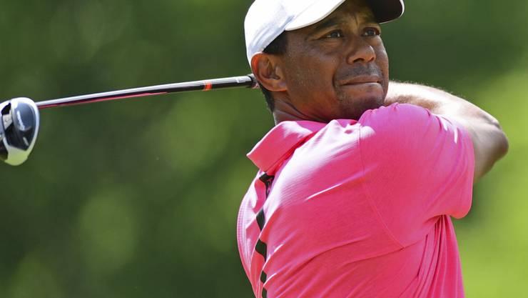 Tiger Woods verfolgt konzentriert seinen Abschlag