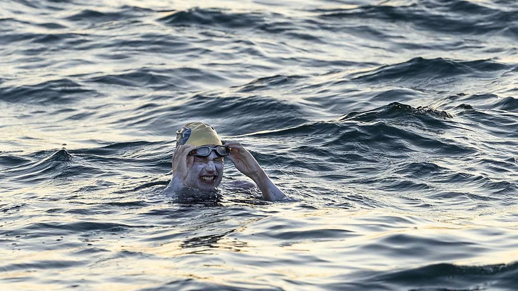 Frau schwimmt als erster Mensch vier Mal nonstop durch Ärmelkanal