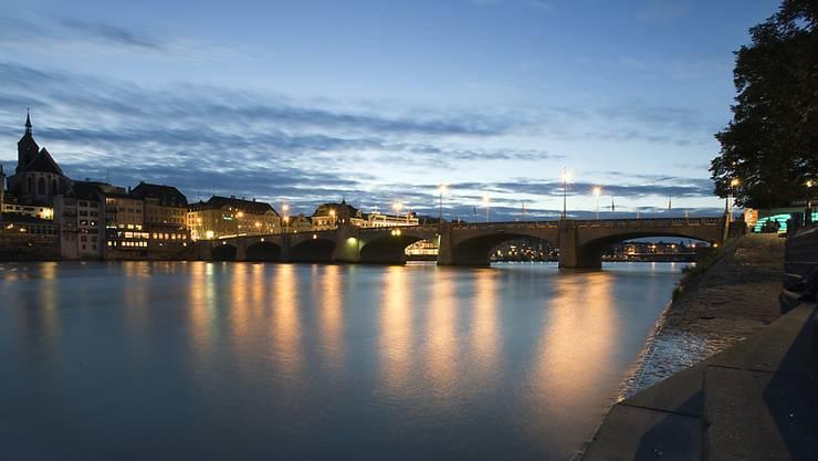 Ein Mann kam bei einer Prügelei am Rheinufer in Basel ums Leben. (Themenbild)