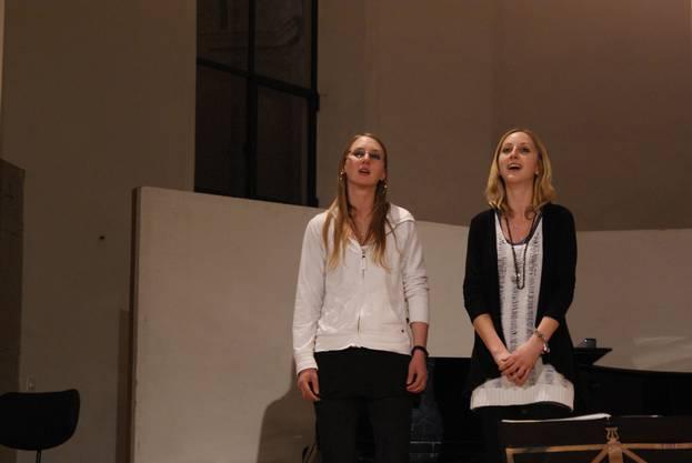 Andrea und Daniela Nietlisbach jodelten traditionelle Lieder.