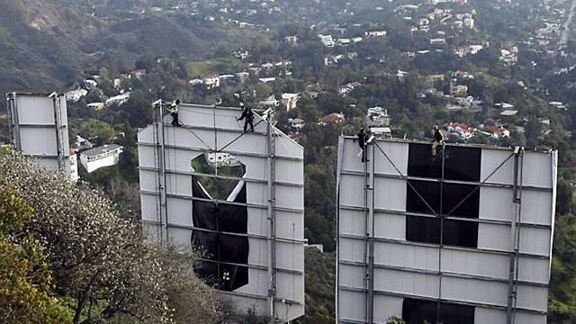 Arbeiter bedecken den berühmten Hollywood-Schriftzug