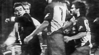 Schiedsrichter Bruno Klötzli (l.) wird während des NLA-Spiels zwischen dem FC Sion und dem FC Wettingen von Wettingern Spielern angegriffen.