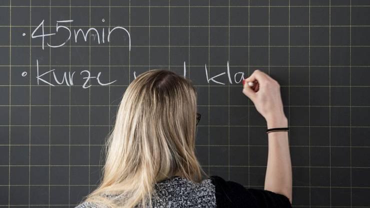 Lehrerinnen und Lehrer übernehmen zu viele Auslagen. (Symbolbild)