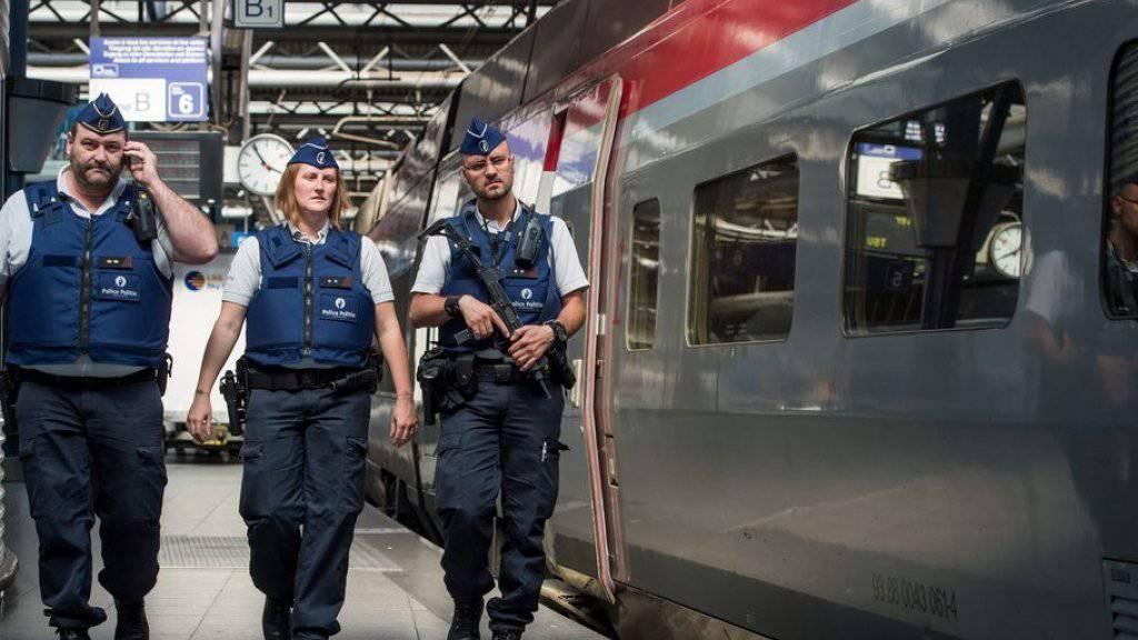Polizisten am Bahnhof Midi in Brüssel, Belgien.