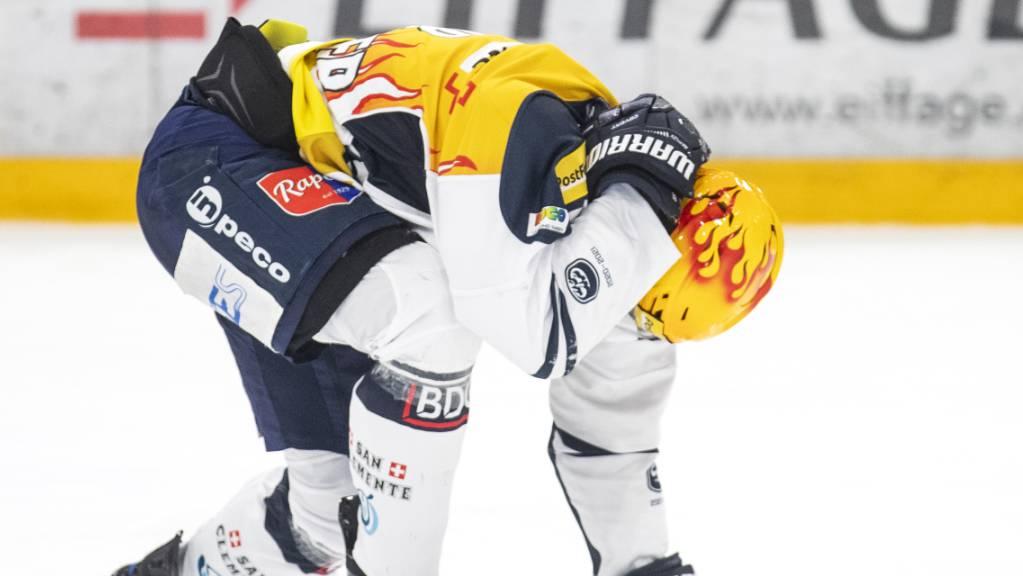 Julius Nättinen vom HC Ambri-Piotta verlässt am Sonntag in Zug nach einem Foul von Claudio Cadonau das Eis verletzt