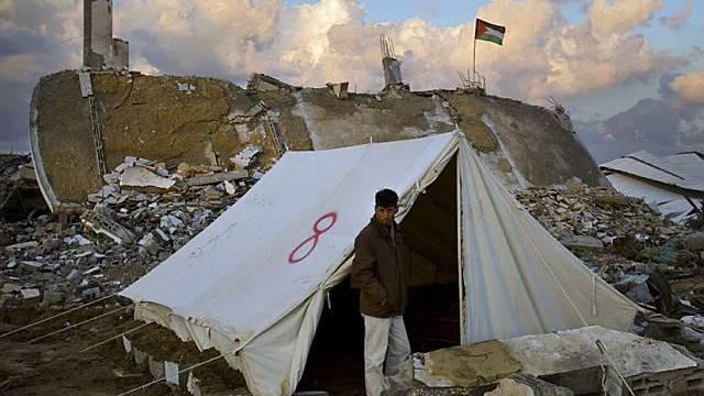 Palästinenser vor einem Zelt