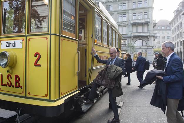 """Der Aescher SVP-Nationalrat Hans Egloff steigt ins """"Lisebethli"""" ein - dieses hat seinen Kosenamen der Abkürzung """"L.S.B."""" (Limmattal-Strassenbahn) zu verdanken."""
