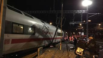 Nicht die Lok, sondern drei mittlere Waggons samt Speisewagen hat es erwischt, als am Mittwoch in Basel ein ICE entgleiste.