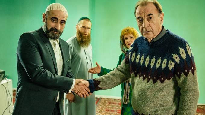 Sieht so Kulturverständigung aus? Pfarrer Martin (rechts) und Imam Hamid (links) können nicht alle Fettnäpfchen umgehen.