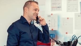 Am Telefon statt an der Maschine: Edin Porobic in seinem neuen Job.