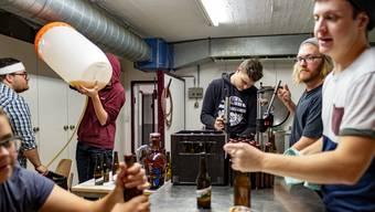 In der Küche der Zivilschutzanlage der Kreisschule Surbtal in Endingen wird eifrig Bier gebraut.