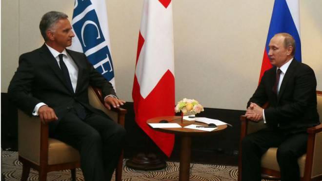 Didier Burkhalter, 2014 Präsident der OSZE, im Gespräch mit Wladimir Putin, Präsident Russlands. Foto: Keystone