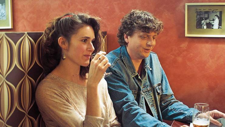 Nach der Probe wird getrunken: Odile (Miriam Stein) und Viktor alias Walo (Philippe Graber) kommen sich langsam näher.