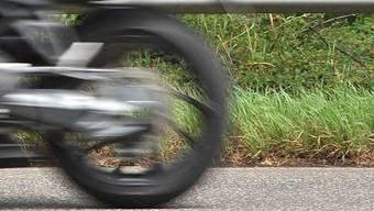 Der 23-jährige Töff-Raser war in einer 80er-Zone mit 150 Stundenkilometern unterwegs. (Symbolbild)