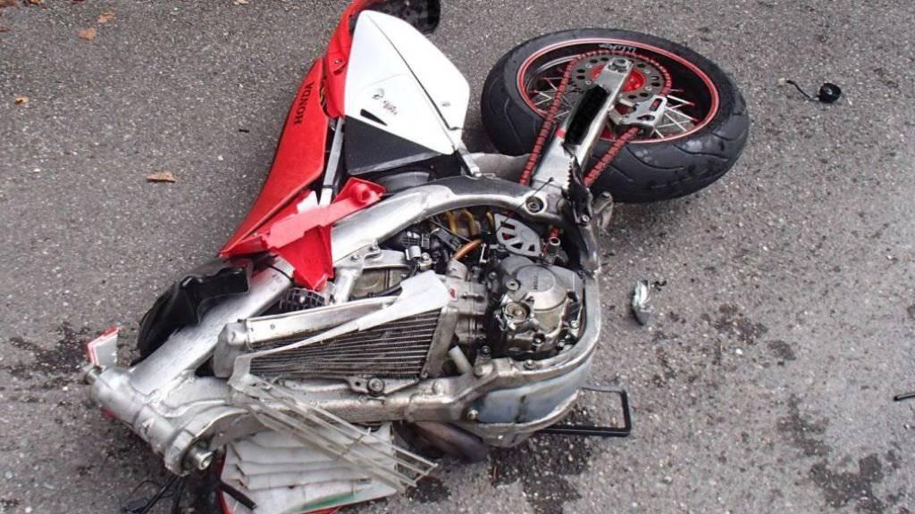 Vom Motorrad des 19-Jährigen blieb nach dem Unfall in Kölliken AG nicht mehr viel übrig. Der Lenker erlitt schwere Verletzungen.