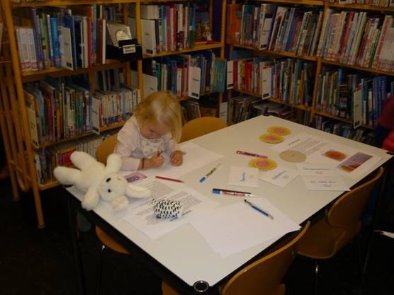 Die jüngste Teilnehmerin brütet in der Kinder- und Jugendabteilung über einem Geheimcode.