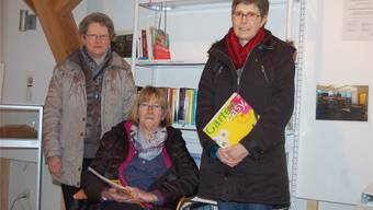 Bibliotheksleiterin Yvonne Hediger (Mitte), Susanne Ackermann und Therese Huber haben die Sonder-Ausstellung konzipiert.