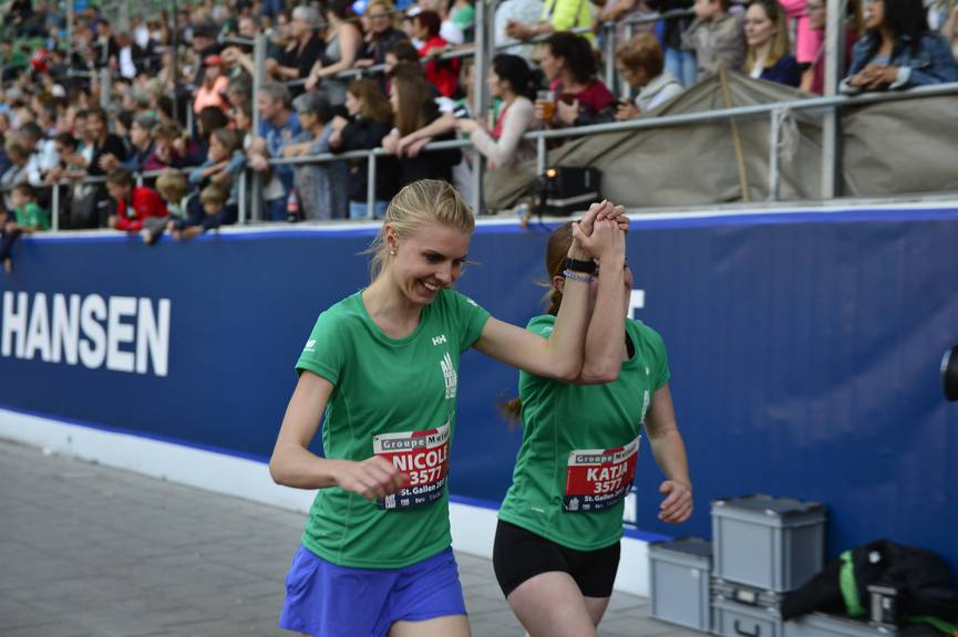 Zwei Teilnehmerinnen des Halbmarathons beim Zieleinlauf.