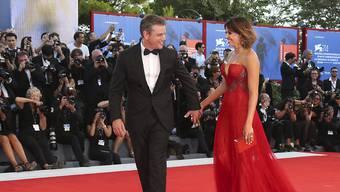 """""""Downsizing""""-Hauptdarsteller Matt Damon mit seiner Ehefrau Luciana Barroso bei der Eröffnung der Filmfestspiele in Venedig."""