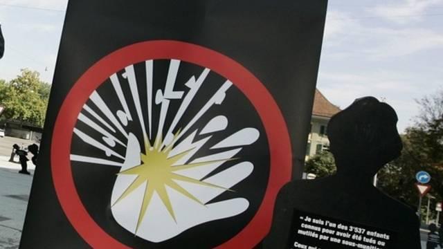 Ein Plakat wirbt für das Verbot von Streumunition (Archiv)