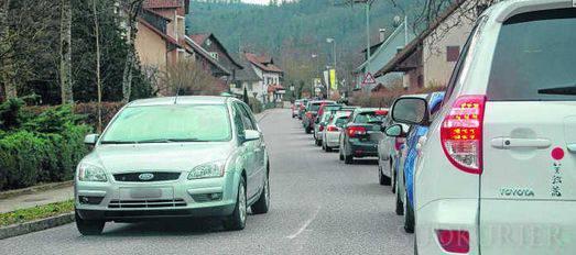 Rückstaus vom Zollübergang bis zum Kreisverkehr in Rheinheim wird es auch weiterhin geben. Eine dauerhafte Verlagerung der Abstempelung der grünen Ausfuhrscheine ins Gemeindezentrum Küssaberg, wie sie während der Brückensperrung in Waldshut möglich war, lehnt die Bundesfinanzdirektion ab.