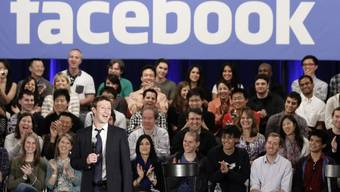 Facebook-Chef Mark Zuckerberg (stehend) plant den Börsengang (Archiv)