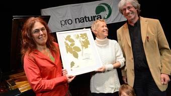 Vreni Wüthrich (Mitte) nimmt den Naturschutzpreis von Astrid Schönenberger und Urs Chrétien von Pro Natura entgegen.