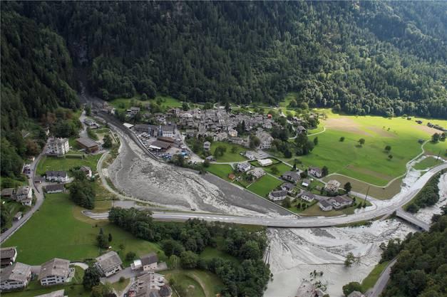 Eine Schneise der Verwüstung zieht sich durchs Tal: Doch wie man sieht, ist das Dorf Bondo noch glimpflich davongekommen.