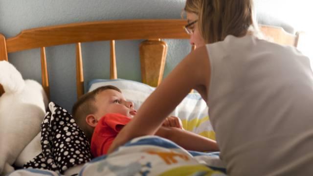 Armut ist laut Caritas mehr als ein Randphänomen: Mutter mit Sohn