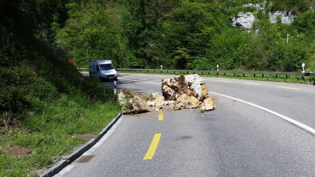Acht bis zehn Tonnen schwere Steine fielen am Sonntag bei Laufen BL auf die Strasse nach Delsberg JU.