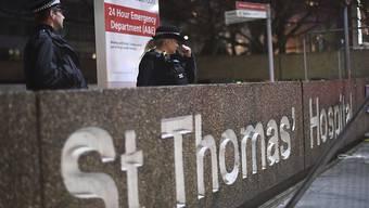 Der britische Premierminister Boris Johnson hat seine erste Nacht auf der Intensivstation eines Londoner Krankenhauses überstanden. (Symbolbild)