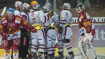 Langnau-Goalie Esche (rechts) beobachtet die jubelnden Genfer