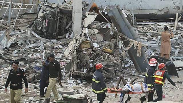 Von dem Gebäude in Faisalabad blieben nur noch Trümmer übrig