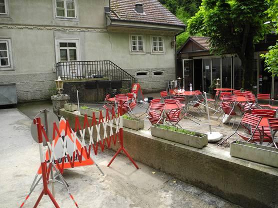 Keine Gäste zu sehen. Der Eingangsbereich des Restaurants Einsiedelei ist abgesperrt.