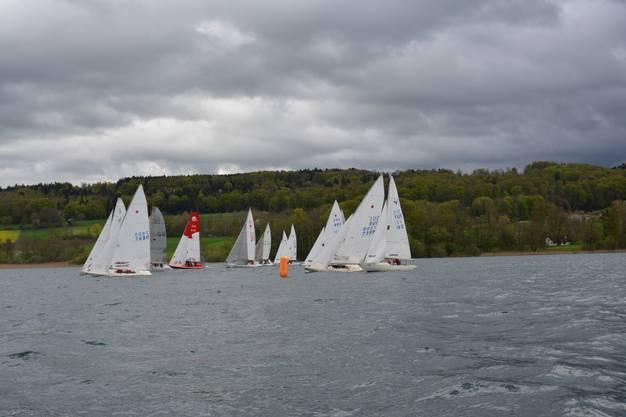 Das entsprach nicht der Realität und so fegten Wind und Böen mit 13-15 Knoten über den See.