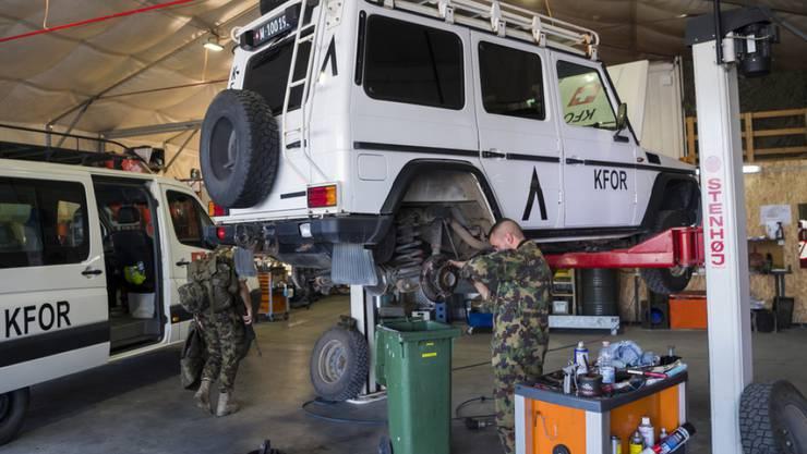 Das Infrastruktur-Camp der Schweizer in Novo Selo ist auch mit einer modernen Autowerkstatt ausgerüstet, in der sogar Motorfahrzeugkontrollen durchgeführt werden können.
