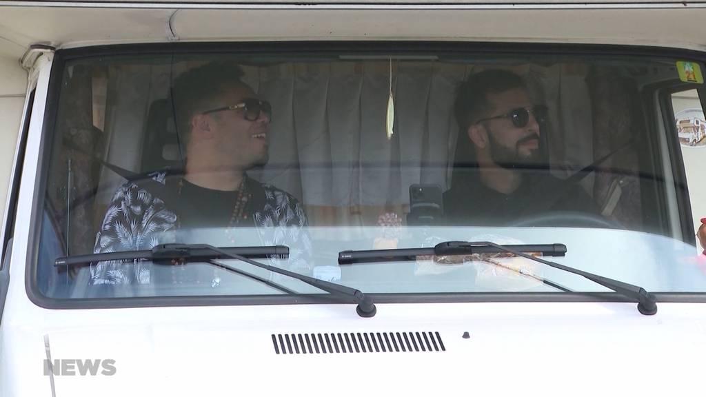 """Bligg und Marc Sway unterwegs in ihrem """"Blaymobil"""""""