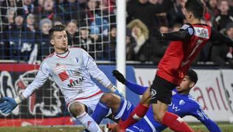Goalie Flamur Tahiraj und Jordan Brown retten gegen Daniele Romano.