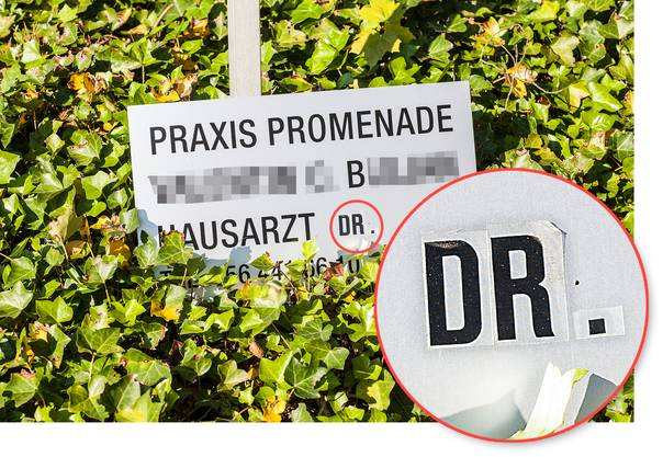 So präsentierte sich die Hinweistafel auf die Hausarztpraxis von B. im Mai 2015 an der Ecke Rottweiler-/ Annerstrasse in Brugg. Die Bezeichnung «Dr.» wurde mit Klebebuchstaben angebracht.