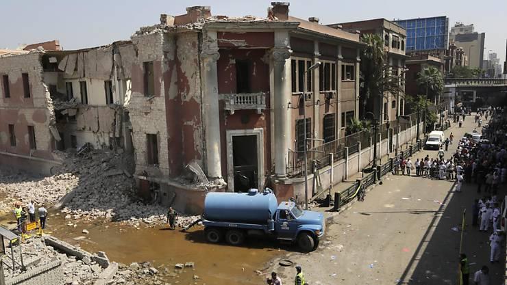 Ein Sprengstoffanschlag vor dem italienischen Konsulat in Kairo verursachte grosse Schäden an Gebäuden und Infrastruktur. - Ein Mensch kam bei der Explosion ums Leben.