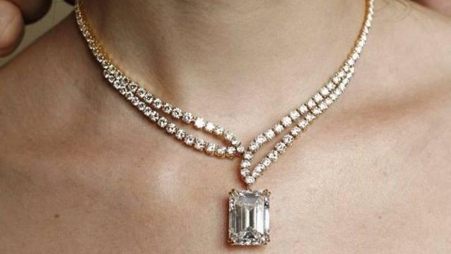 Im Sommer sind Halsketten gut sichtbar für Diebe (Symbolbild)