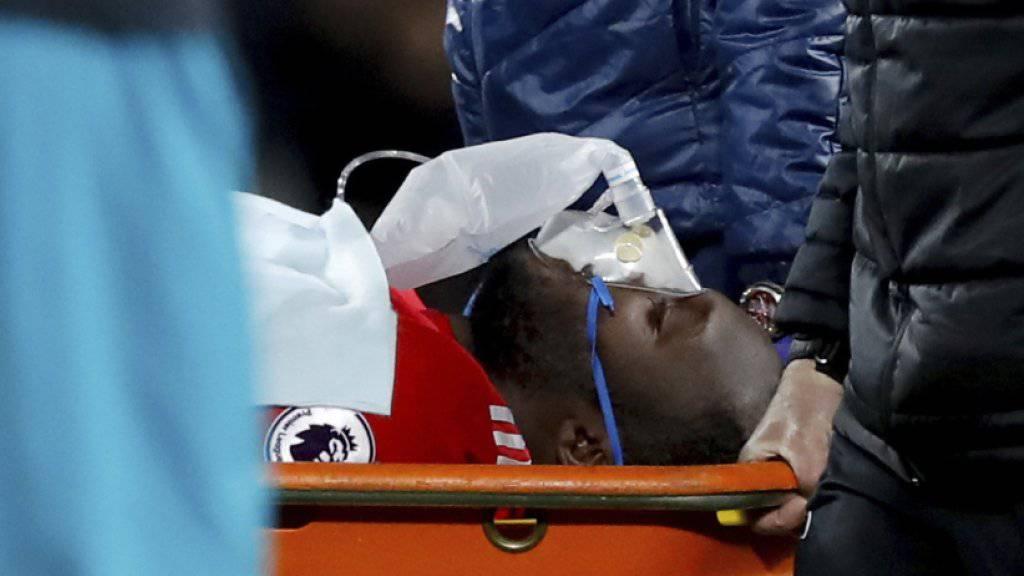 Romelu Lukaku wird verletzt vom Platz getragen