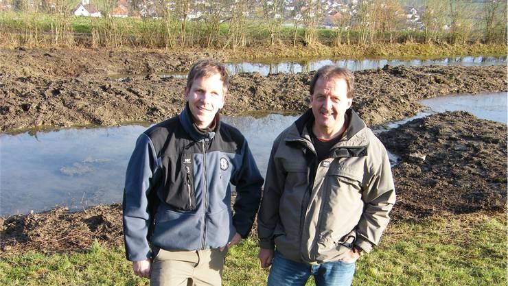 Michael Bur, Projektleiter Naturpark Thal (l.), und Georg Koch, Landschafts- und UmweltkommissionLaupersdorf ,vor dem Rüti-Weiher.