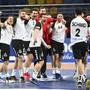 Trainer Suter (links) und seine «Horde verrückter Typen». Das WM-Abenteuer geht in der Hauptrunde gegen Island weiter.