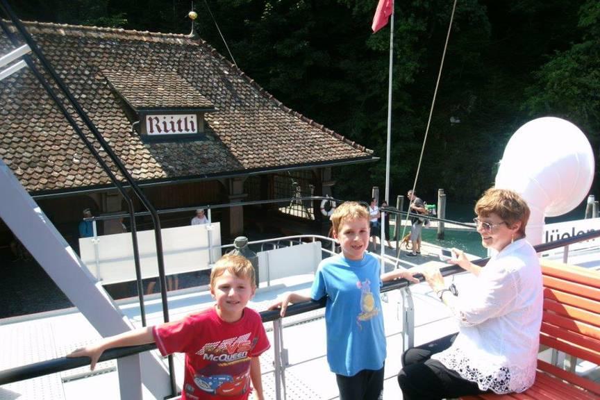 Station Rütli mit den « drei Eidgenossen»