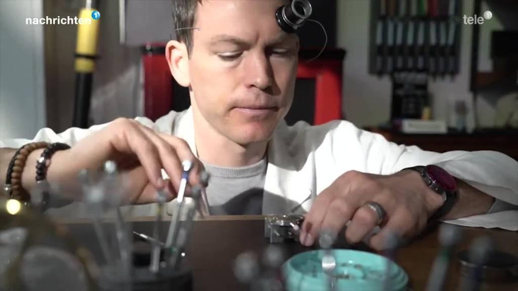 Stephan Lichtsteiner macht ein Praktikum zum Uhrmacher