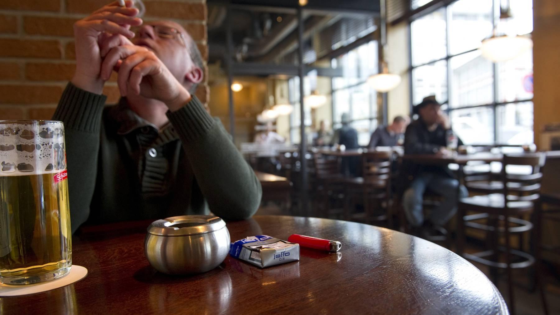 Seit rund zehn Jahren darf in St. Galler Bars und Restaurants nur noch in Fumoirs gequalmt werden.