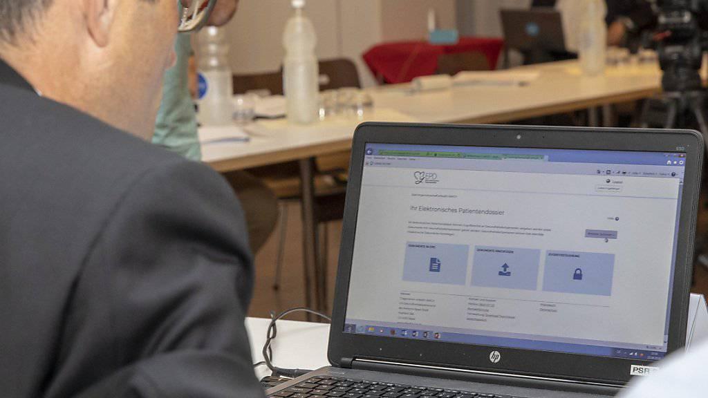 Der baselstädtische Gesundheitsdirektor Lukas Engelberger präsentierte das neue elektronische Patientendossier EPD, das sein Kanton am Mittwoch scharf stellte, gleich mit seinem eigenen e-Dossier vor den Medien.